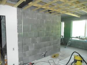 Saunan seinä alakerran aulan puolelta. Tuo näillä näkymin verhoillaan kipsilevylle, kun se yhtyy kipsilevyseinään.