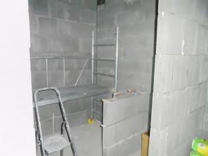 Sauna vaikuttaa nyt yllättävän isolta. Saa nähdä, millainen se on, kun lauteet on paikallaan. Puukiuasta varten on muurattu suojamuuri.