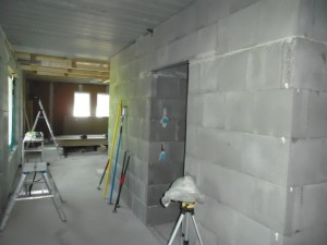 Kylpyhuoneen oviaukko pukuhuoneesta katsottuna. Tähän väliin siis tulee pukuhuone, jonka seiniä ei ole vielä tehty.