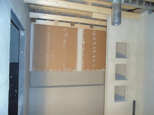 Pesuhuoneen seinäkin on nyt levytetty loppuun. Seuraavaksi on vuorossa vesieristys.